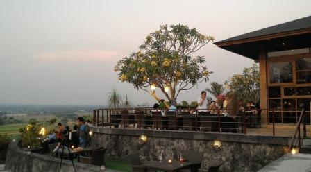 Makan di Abhayagiri Sumberwatu Heritage Sambil Melihat Pemandangan