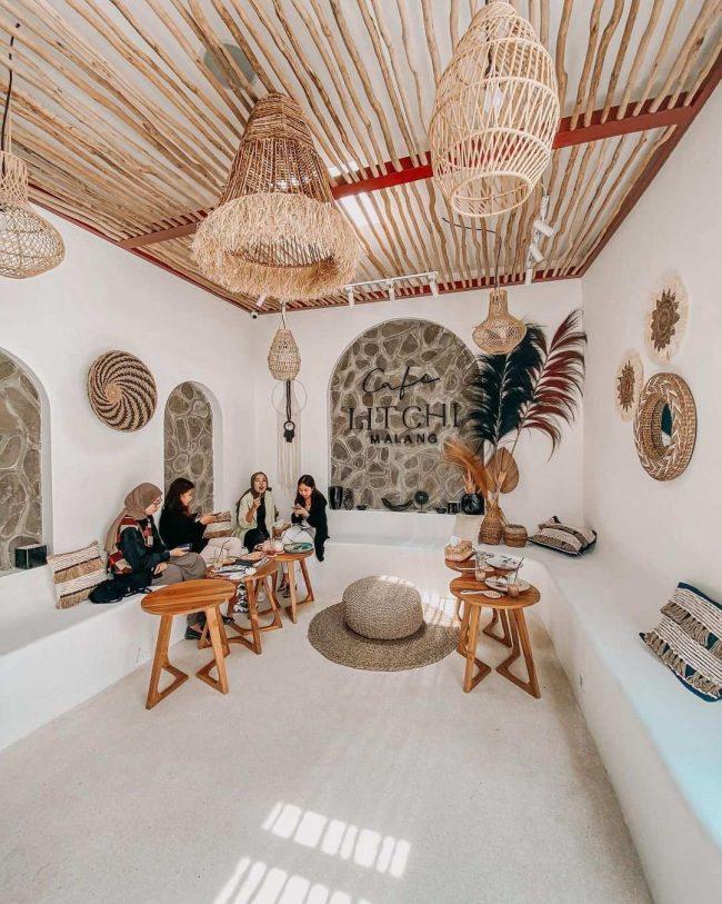 Area Indoor Litchi Cafe Malang via IG @mlggoodplace